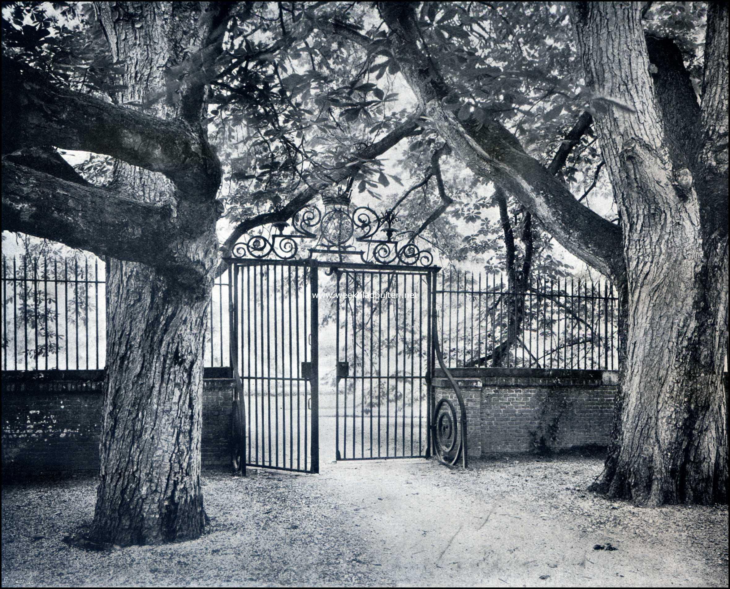 Het Kasteel Zuylestein. Twee kastanjeboomen bij een oud tuinhek op Zuylestein