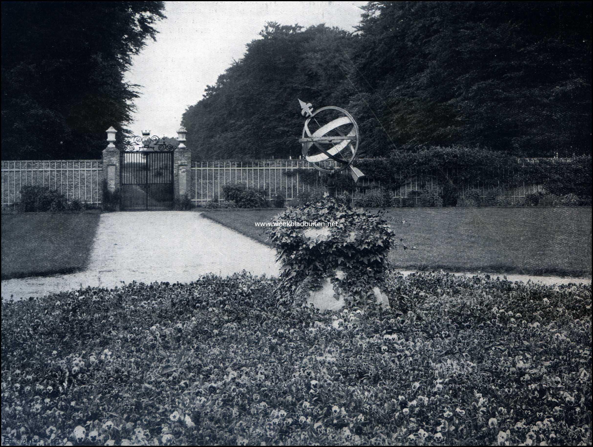 Het Kasteel Zuylestein. Zuylestein. Zonnewijzer en tuinhek, uitgang aan den straatweg van Leersum
