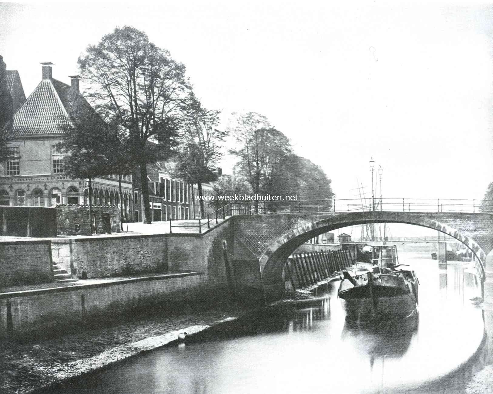 Sloopend herboren-Nederland. Oud stadsgezicht te Groningen met de Boteringe-boogbrug, afgebroken in 1886