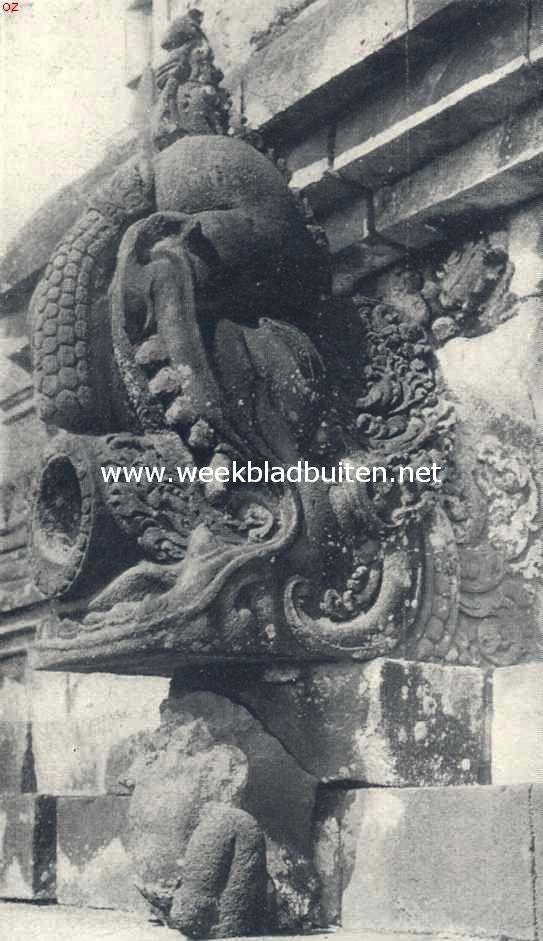 De Boroboedoer. Een der prachtig versierde waterspuwers met de veel voorkomende Mahara-kop