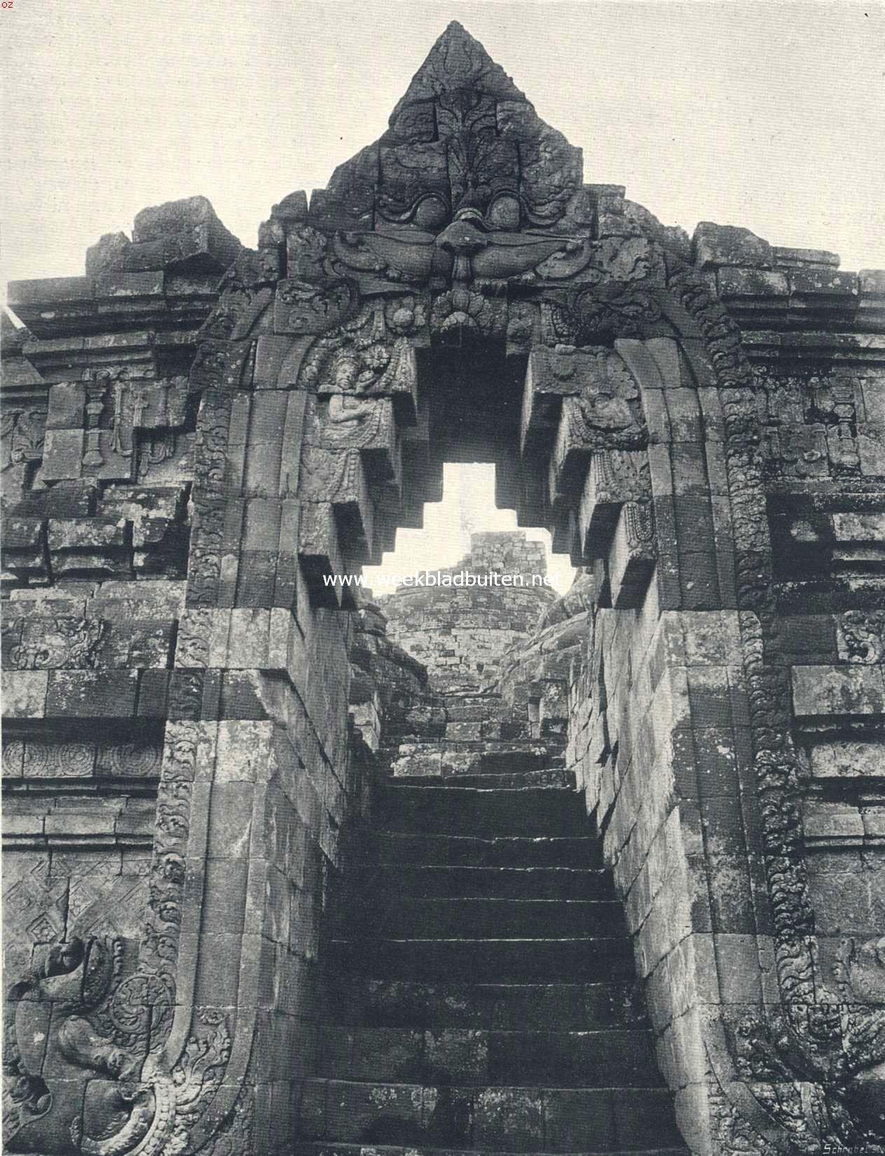 De Boroboedoer. Een der weinige overgebleven poorten, met doorkijk boven de trappen. De stijlen dezer poort moet men zich loodrecht voorstellen