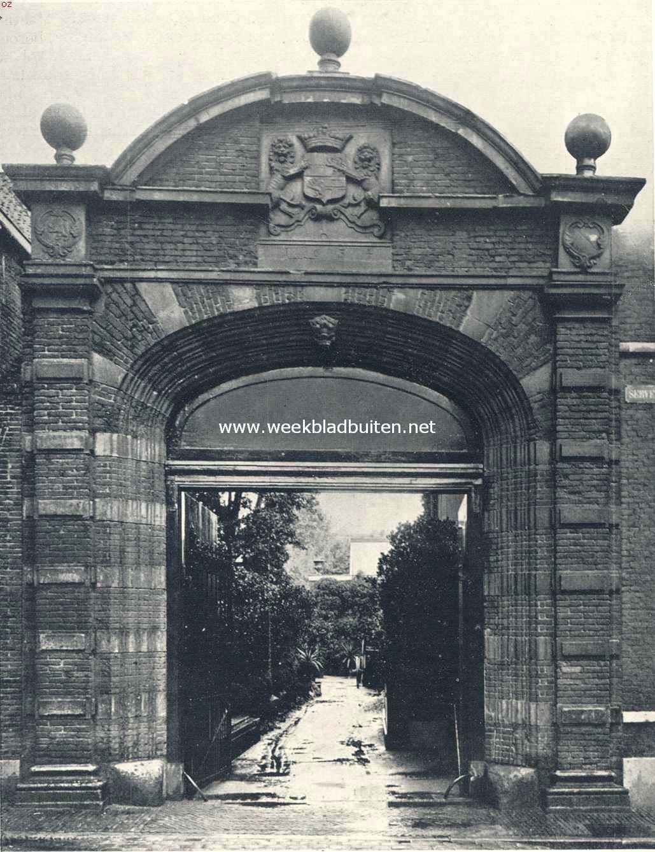 De poort van het Bisschops- of Stadhouderlijk Hof aan de Servetsteeg te Utrecht