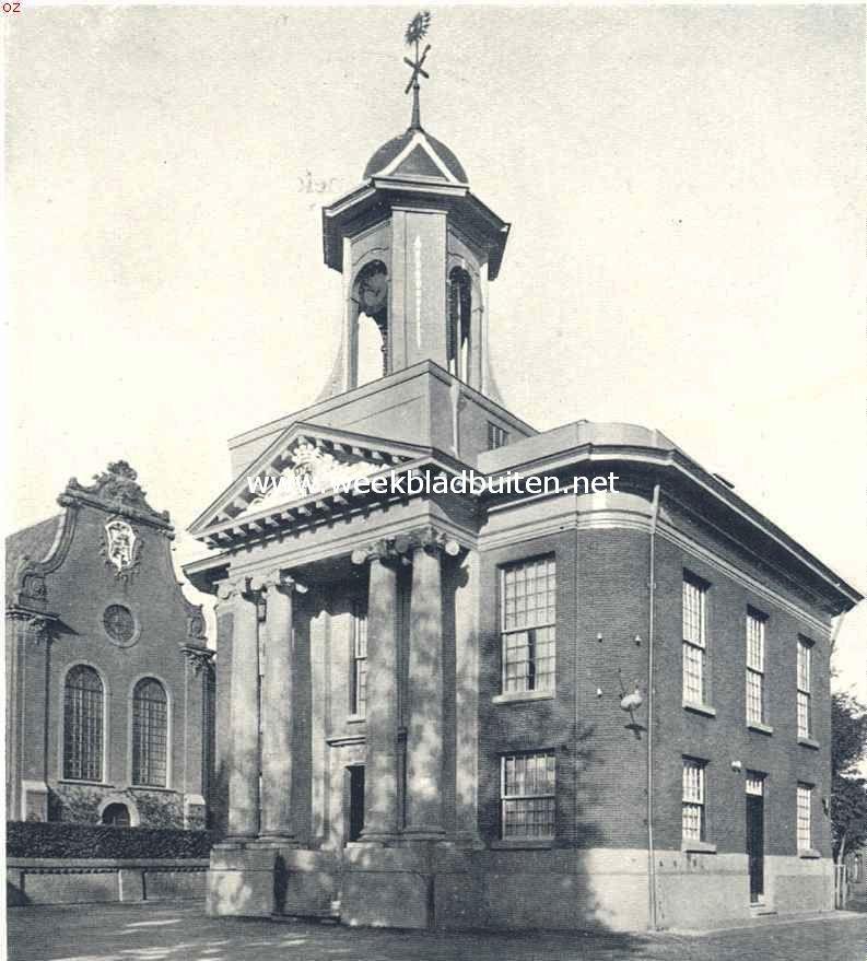 Het oude rechthuis, thans gemeentehuis, te Westzaan, links de Ned. Herv. Kerk