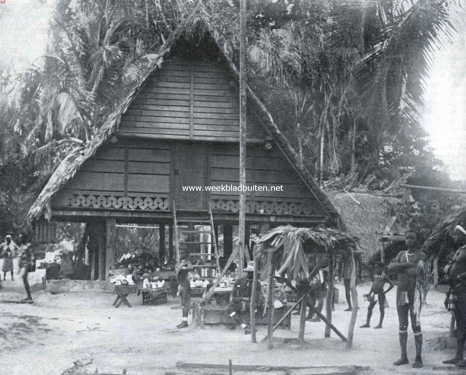 Een Afrikaansche samenleving in het binnenland van Suriname. Woning van Oseisei, granman (opperhoofd) der Aucaner Boschnegers te Drietabbetje in Suriname (Tabbetje betekent eiland, oseisei, een krachtig heerscher, was een der voorgangers van den thans ook overleden granman Amakti