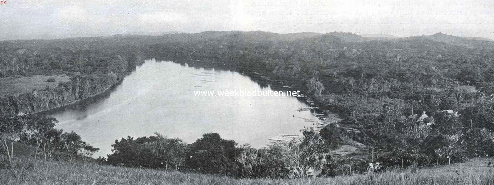 Een Afrikaansche samenleving in het binnenland van Suriname. De Boven-Surinamerivier bij de vestiging Berg en Dal van de Evangelische Broedergemeente. Rechts in den hoek de toren van het kerkje. Berg en Dal is thans z.g. houtgrond; vroeger was daar een der oudste plantages, die reeds uit den Engelschen tijd vóór 1667 dagteekenende, later verwoest en in de jaren na 1722 door den gouverneur H. Temminck (1721-1727) opnieuw in exploitatie gebracht werd