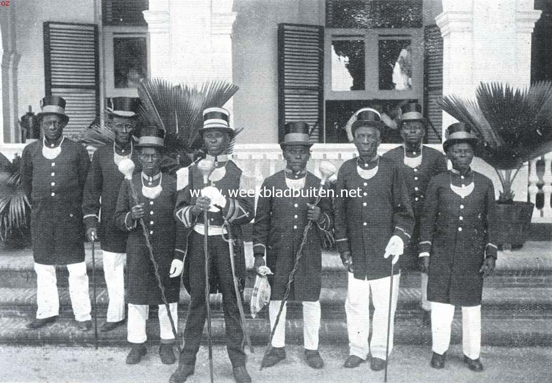 Een Afrikaansche samenleving in het binnenland van Suriname. De onlangs overleden granman der Aucaner Boschnegers, Amaktie, met eenige zijner