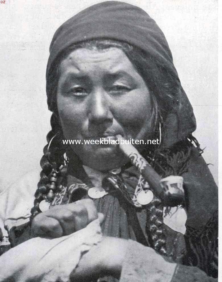 Bij de primitieve volkeren van Russisch-Azië. Vrouw van den Chakassenstam